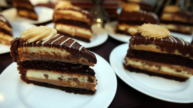 Dieters beware: Cheesecake Factory offering half-off slices