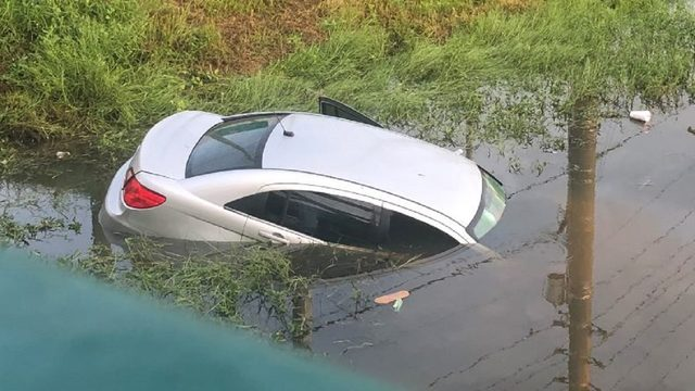 Car crashes into canal in Orlando