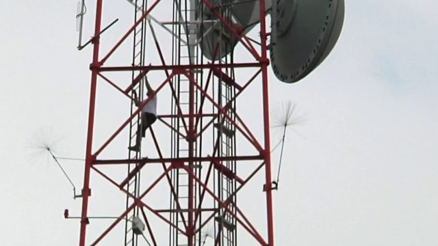 Man climbs 400-foot TV tower at WKMG News 6 in Orlando