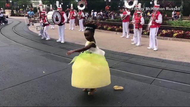 Dancing girl steals show at Disney World