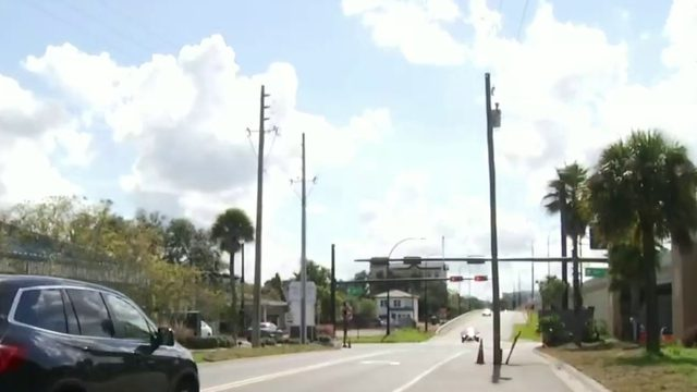 Pole left in center of Orlando turn lane